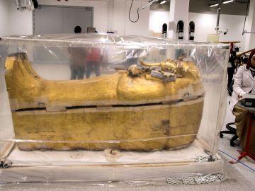 Mimo y paciencia para devolver el lustre al sarcófago de Tutankamón