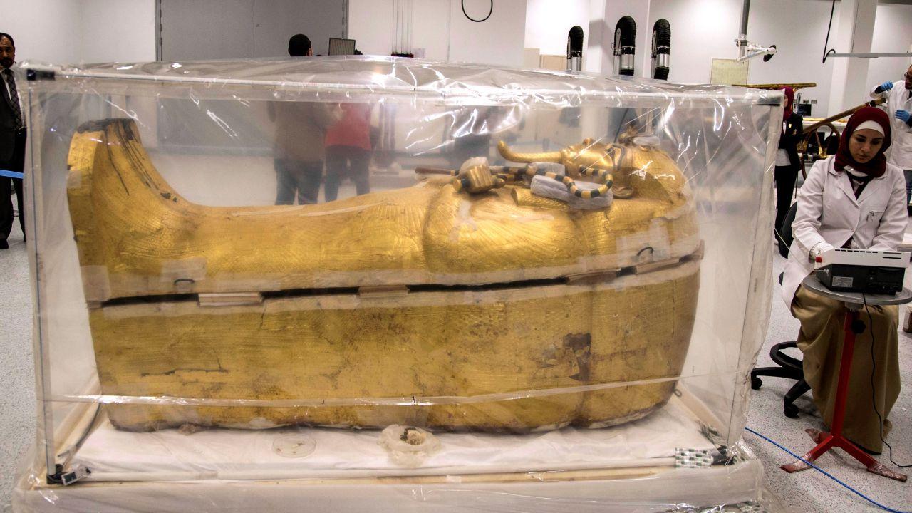 Egipto Trabaja En La Restauración Del Sarcófago De Oro