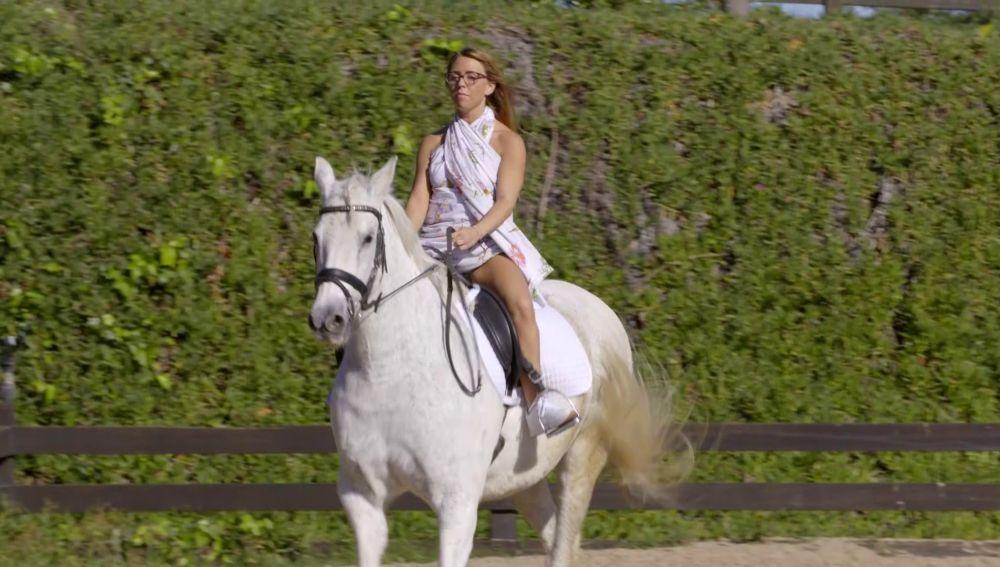 Lidia monta a caballo con algunas dificultades