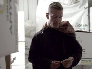 Dani recupera un objeto que le ayudará a trabajar
