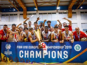 La Selección masculina de baloncesto sub 18 con el título de campeona