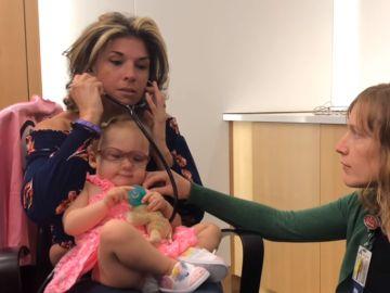 La madre escuchando los latidos de la niña