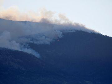 Vista del incendio forestal declarado cerca del Real Sitio de San Ildefonso-La Granja, en la frontera del Parque Nacional de Guadarrama