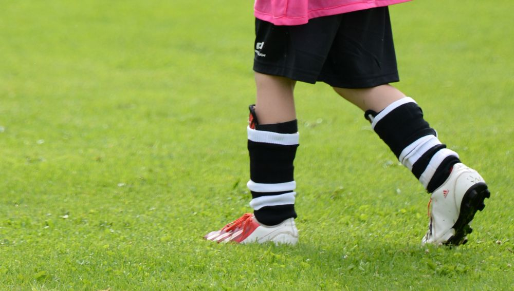 Imagen de archivo | Niño o niña jugando al fútbol