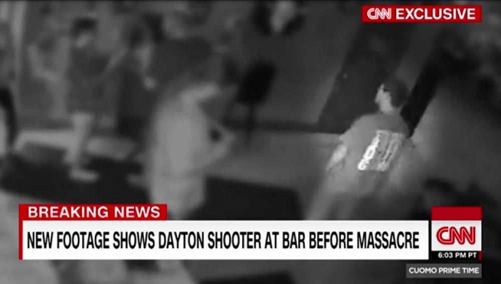 Nuevas imágenes del autor del tiroteo de Ohio en la calle donde horas después perpetró la masacre
