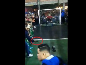 Apuntan con una pistola al futbolista