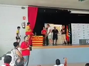 Pablo Ozagón al recoger subir a por su trofeo
