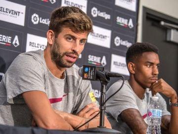 Gerard Piqué y Junior Firpo durante la rueda de prensa previa al partido