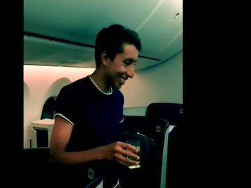 Bernal brinda con los pasajeros