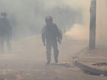 Policía de honduras en el enfrentamiento contra los manifestantes
