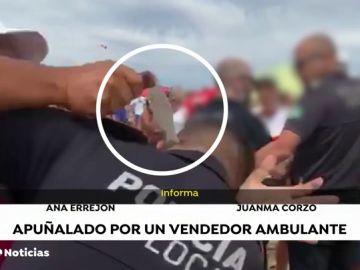 El vídeo del momento en el que un vendedor ambulante apuñala a un policía en Punta Umbría (Huelva)
