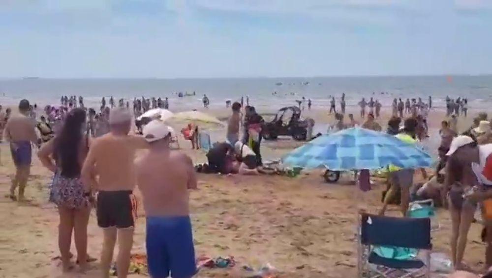 Nuevas imágenes del momento en el que un vendedor ambulante apuñala a un policía en Punta Umbría