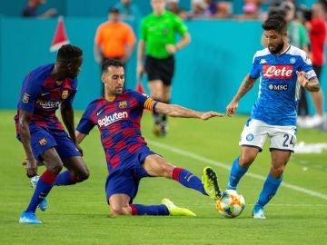 Busquets trata de robar un balón a Lorenzo Insigne durante el encuentro