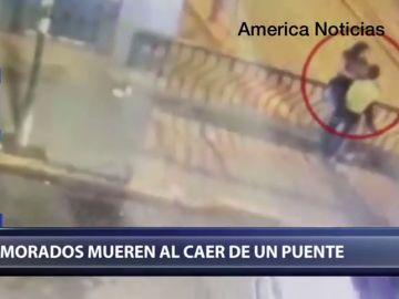 Las impactantes imágenes de una pareja que cae al vacío cuando se besaban en un puente en Perú