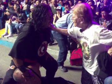 Paquita intenta frenar un combate de lucha libre en 'Por el mundo a los 80'