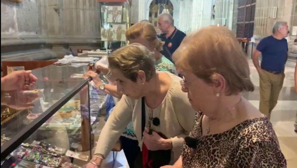Comprando souvenirs en 'Por el mundo a los 80'