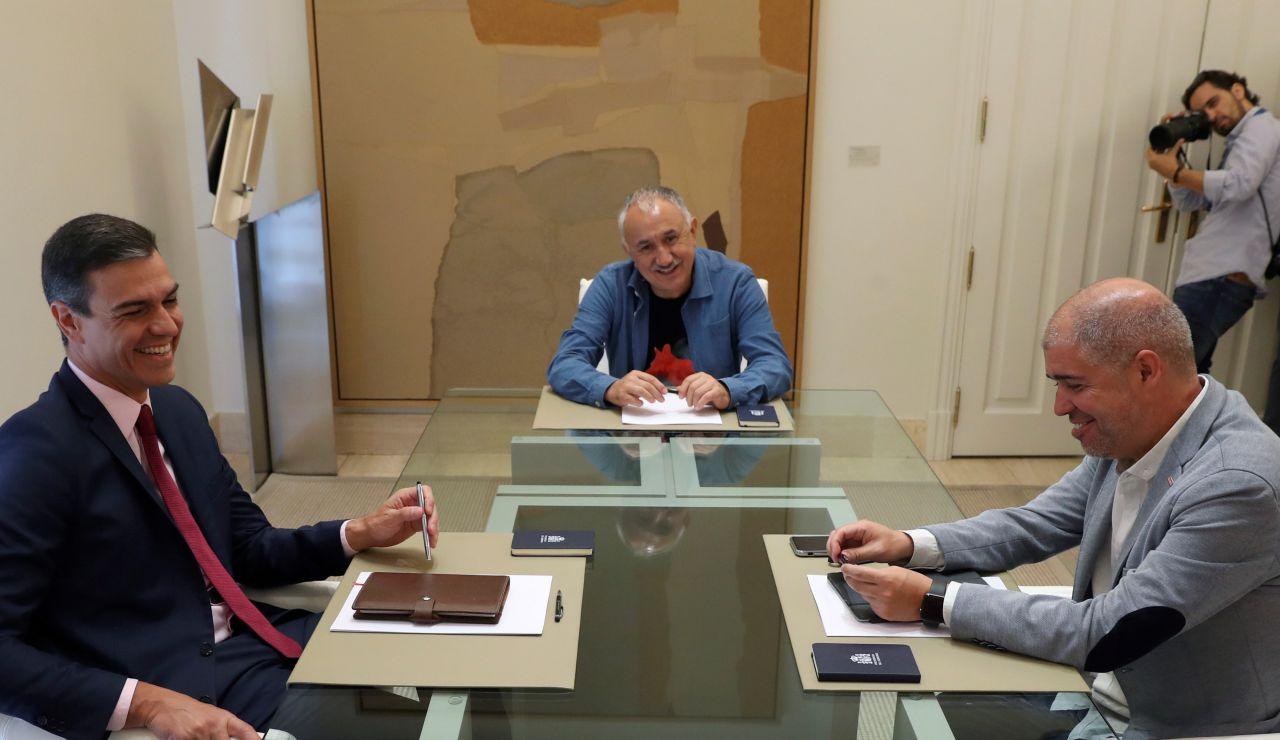 El presidente del Gobierno en funciones, Pedro Sánchez (i), conversa con los secretarios generales, de UGT, Pepe Álvarez (c), y de CCOO, Unai Sordo (d), durante la reunión celebrada en el Palacio de la Moncloa.