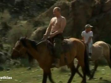 Vladimir Putin montando a caballo