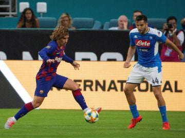 Griezmann regateando a Konstantinos Manolas durante el partido en Miami