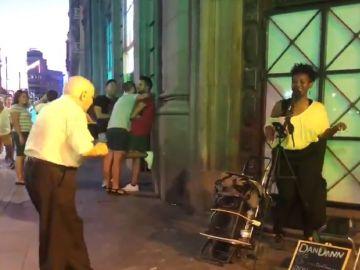 Mariano, bailando delante de una artista callejera en Gran Vía