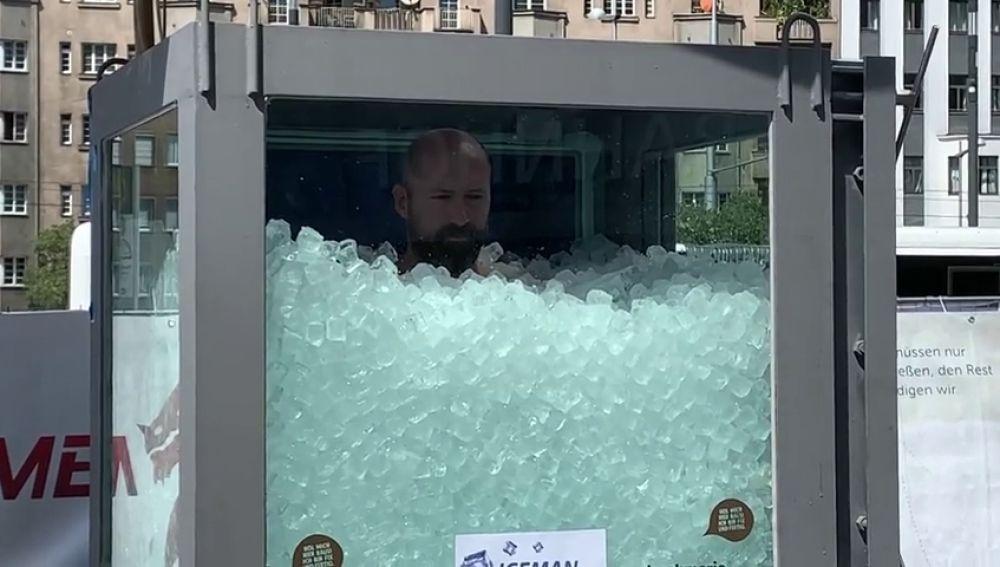 El récord del 'hombre de hielo': dos horas en una cabina llena de cubos de hielo