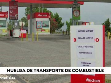 Ciudadanos portugueses repostan en las gasolineras españolas debido a las restricciones en su país