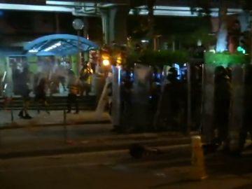 Miles de activistas en favor de la democracia en Hong Kong se enfrentan a la policía