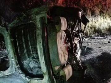 Un coche de policía arde tras caerle un oso encima