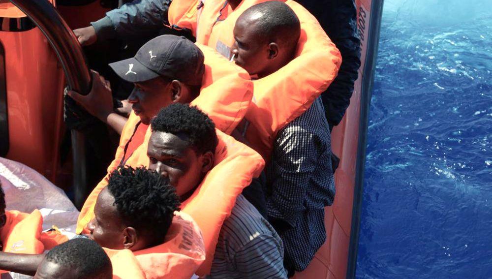 Las personas inmigrantes son atendidos por voluntarios del Ocean Viking