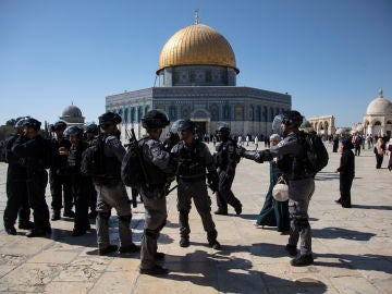 Conflicto entre palestinos y la policía israelí en los alrededores de una mezquita en Jerusalén