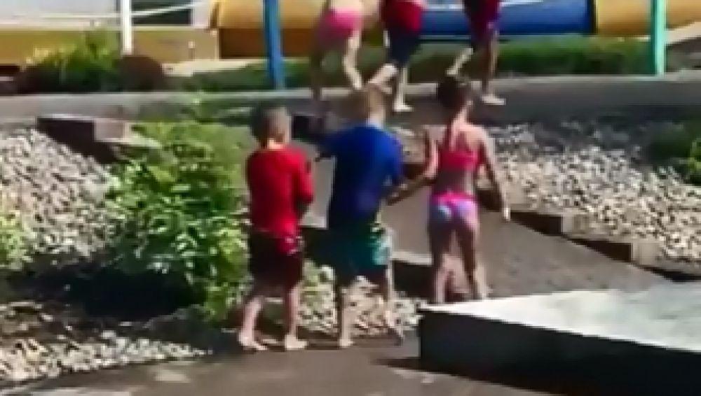 Niños en parque acuático