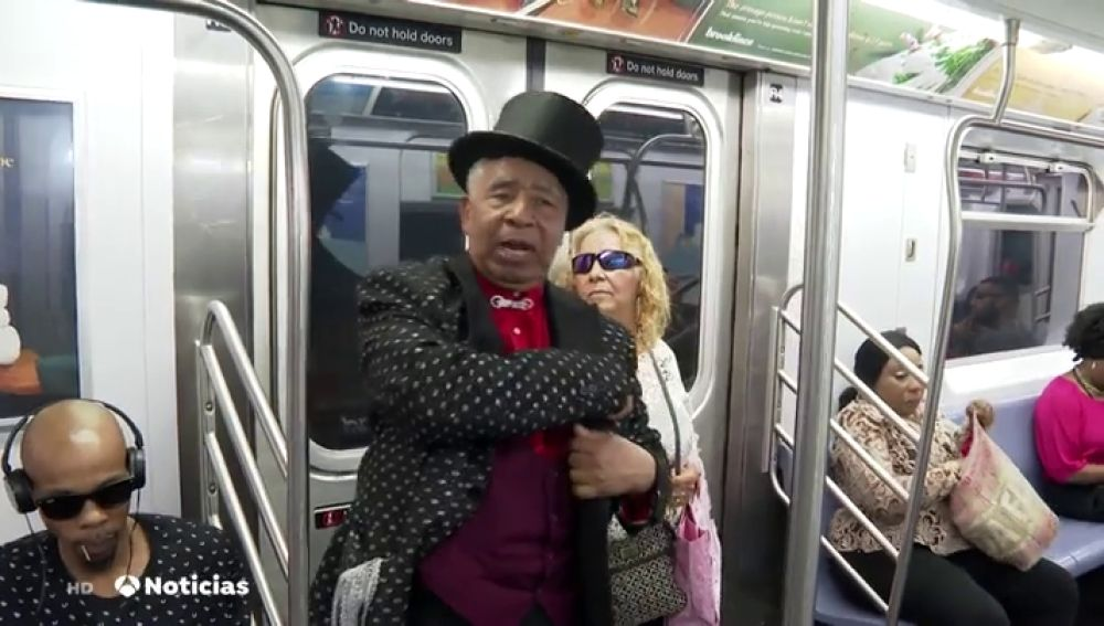 La magia de Olmedini que encandila a los pasajeros del metro de Nueva York