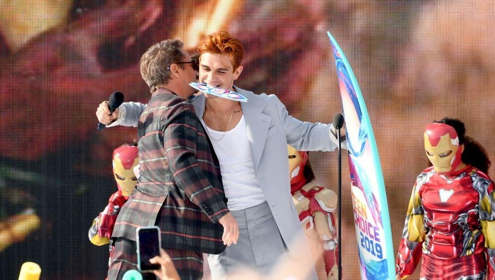Robert Downey Jr. y KJ Apa en los Teen Choice Awards 2019