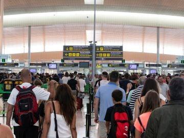 Pasajeros en tránsito en el aeropuerto de Barcelona