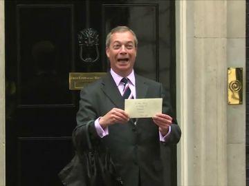 Farage, líder del partido Brexit, carga contra la corona británica