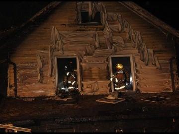 Los bomberos trabajando en el incendio de una guardería