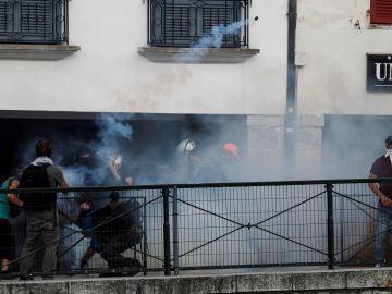 Manifestantes contra la cumbre del G7 se enfrentan a la policía en Bayona