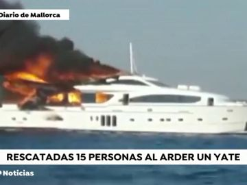 Un yate de lujo sale ardiendo en la playa de Es Trenc, en Mallorca