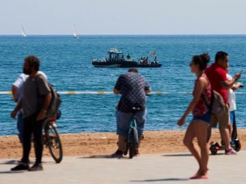 Buzos del Grupo Especial de Actividades Subacuáticas de la Guardia Civil en la playa de San Sebastian de la Barceloneta en Barcelona