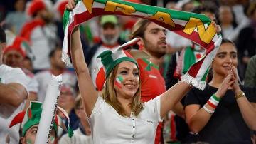 Una mujer iraní durante un partido