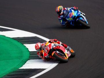 Álex Rins y Marc Márquez durante el Gran Premio de Gran Bretaña