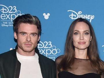 Richard Madden y Angelina Jolie en la exposición D23 de Disney