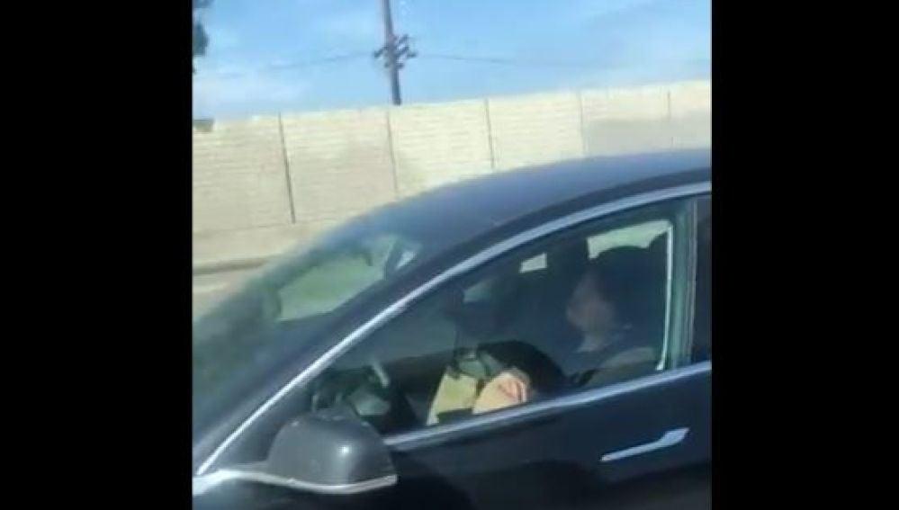 Graban a un conductor durmiendo mientras su coche va a toda velocidad