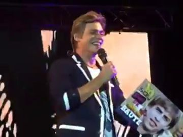 'Trolean' a Carlos Baute durante un concierto con una foto de Piqué