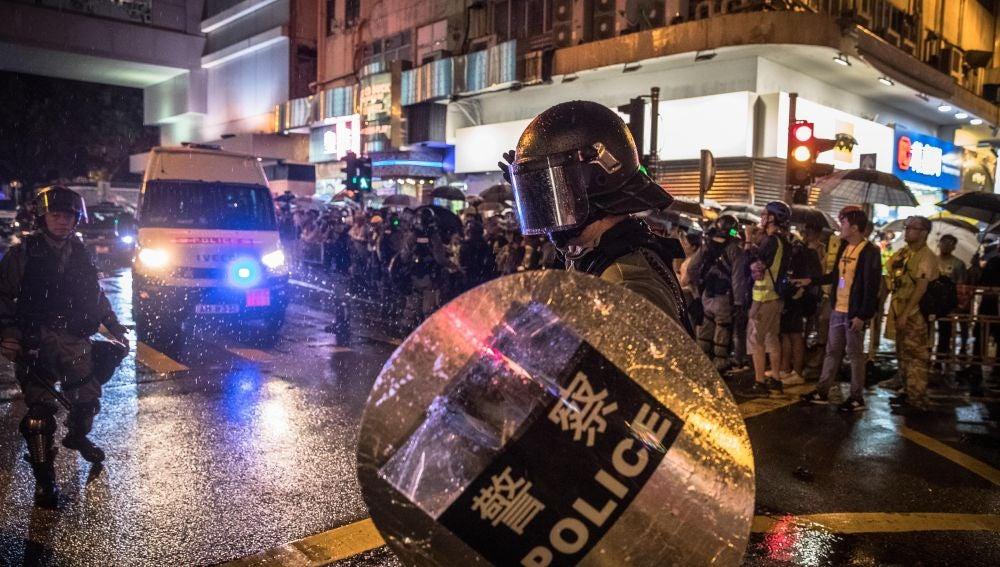 Policía antidisturbios en las protestas de Hong Kong.