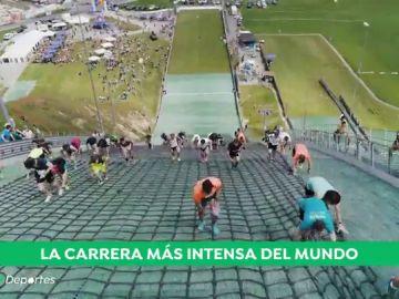 La carrera más dura del mundo: escalan corriendo un trampolín de esquí con un desnivel de 40 pisos