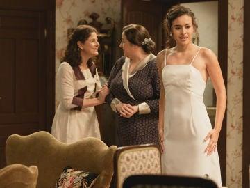 Lola se prepara con Marina y Consuelo
