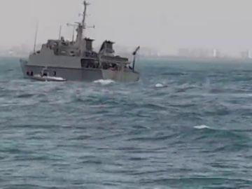 El buque de la Armada que participaba en la búsqueda del avión estrellado encalla y sufre una vía de agua