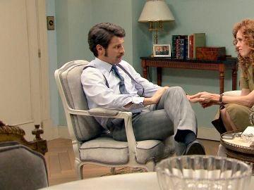 Ana logra convencer a Carlos de que está haciendo lo correcto y que la deje hablar con Mónica
