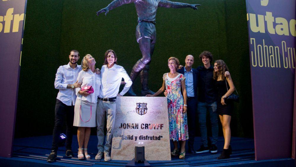 La familia de Johan Cruyff junto a la estatua